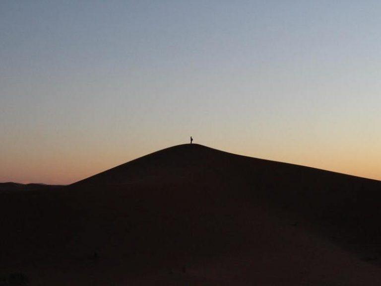 Personne voyageant seule dans le désert marocain